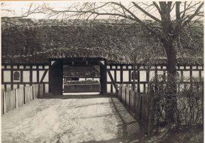 b01490-rosbjerggaard-indkoersel-fra-byvejen-o-1930