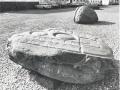 Gaardsplads med stenskulpture
